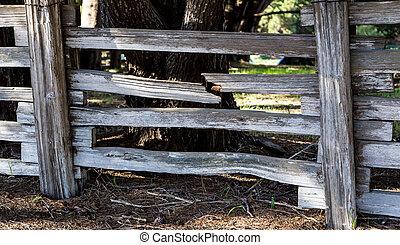 Un tablón roto en una cerca de un rancho