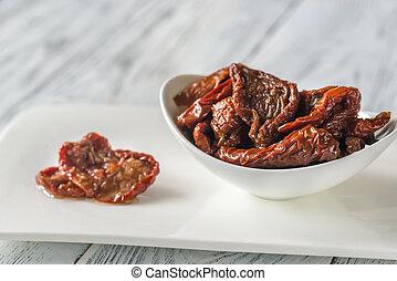 Un tazón de tomates secos