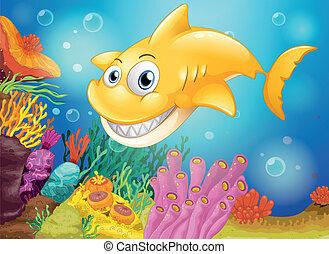 Un tiburón amarillo sonriente bajo el mar