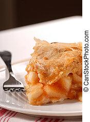 Un trozo de pastel de manzana recién hecho