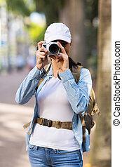 Un turista tomando fotos en el centro