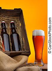 Un vaso de cerveza con botellas