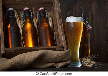 Un vaso de cerveza con caja de madera