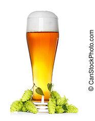 Un vaso de cerveza con refresco verde