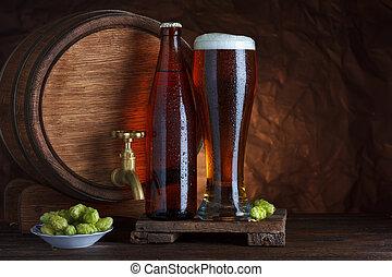 Un vaso de cerveza embotellado con barril