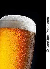 Un vaso de cerveza en fondo azul oscuro