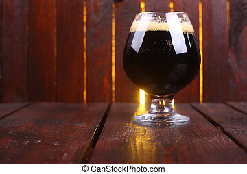 Un vaso de cerveza negra