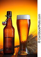 Un vaso de cerveza y una botella