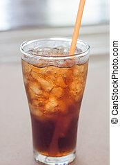 Un vaso de cola con hielo