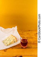 Un vaso de ginebra con queso stilton
