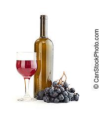 Un vaso de vino tinto y una botella aislada sobre el fondo blanco