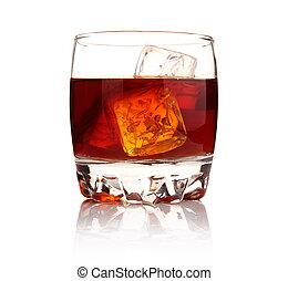 Un vaso de whisky con cubitos de hielo aislados