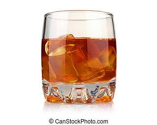 Un vaso de whisky con cubitos de hielo