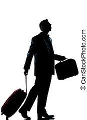 Un viajero de negocios perdido mirando hacia arriba