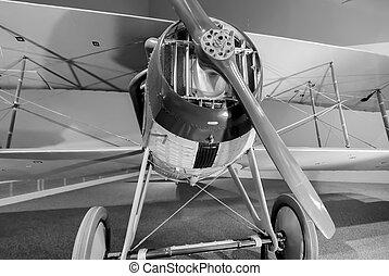 Un viejo avión en exhibición