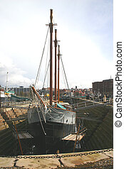 Un viejo barco de vela en la piscina hepática del muelle