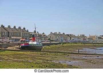 Un viejo barco pesquero en las arenas cerca de Escocia