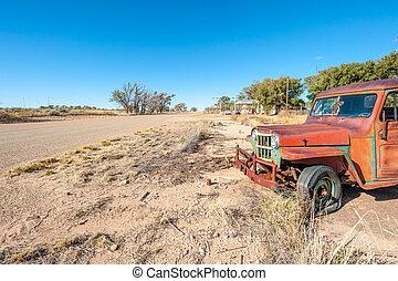 Un viejo coche oxidado en la Ruta 66