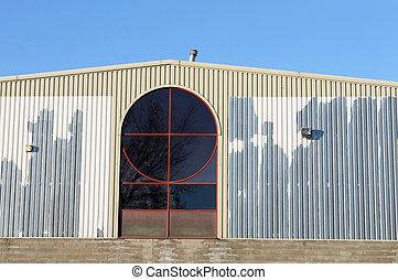 Un viejo edificio de fábrica