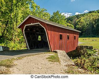 Un viejo puente de madera cubierto en un día soleado