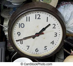 Un viejo reloj en el mercado de pulgas