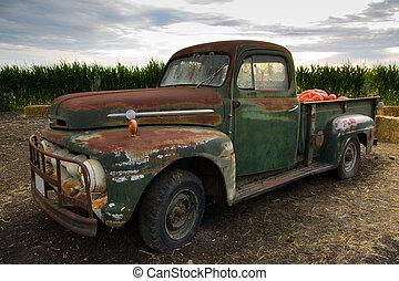 Un viejo y oxidado camión clásico