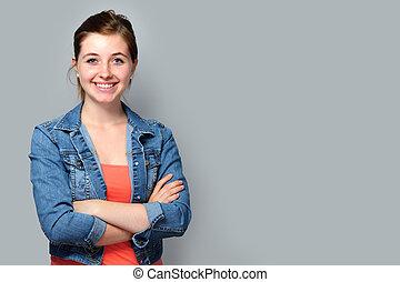 Una adolescente con brazos cruzados