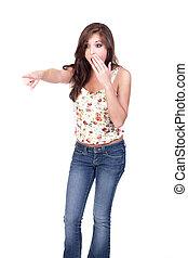 Una adolescente conmocionada señalando