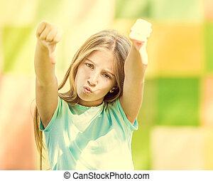 Una adolescente genial muestra los pulgares hacia abajo