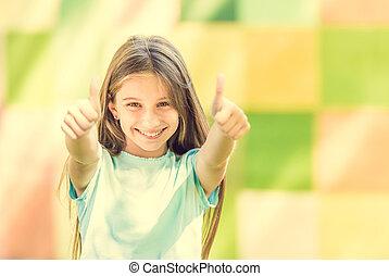 Una adolescente genial muestra pulgares arriba