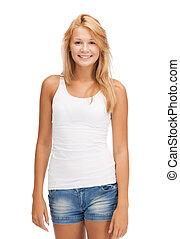 Una adolescente sonriente con una camiseta blanca en blanco