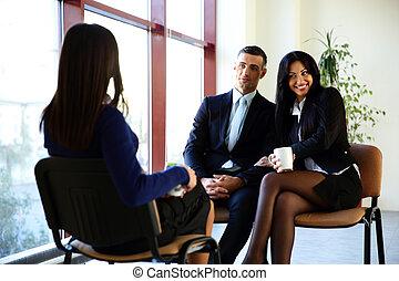 Una alegre discusión de empresarios en la oficina