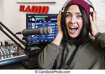 Una alegre presentadora de radio