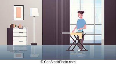 Una ama de casa planchando ropa joven sosteniendo a una chica sonriente de hierro haciendo concepto de trabajo de casa moderna dibujos animados de interior femeninos de largo plano horizontal