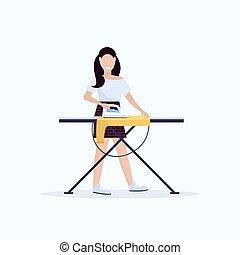 Una ama de casa planchando ropa joven sosteniendo a una chica sonriente de hierro haciendo el concepto de dibujo femenino de dibujos animados largo y largo, fondo blanco