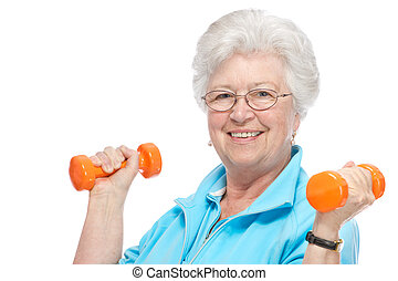 Una anciana atractiva en el gimnasio