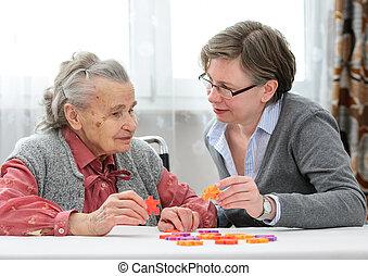 Una anciana con una enfermera mayor