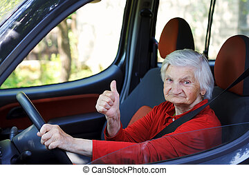 Una anciana conduciendo