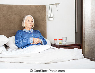 Una anciana descansando en la cama