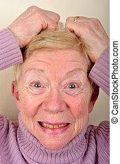 Una anciana está muy alterada