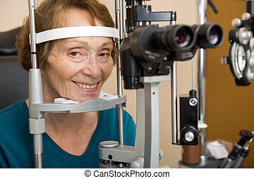 Una anciana sometida a un examen ocular