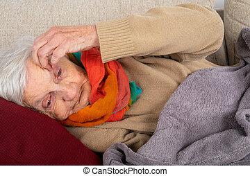 Una anciana tirada en el sofá