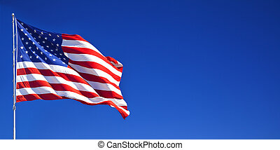 Una bandera americana ondeando en el cielo azul 1