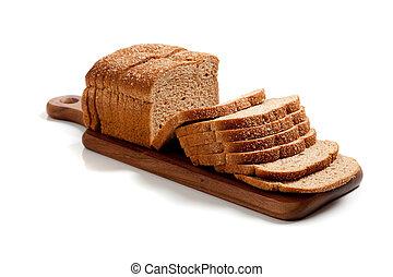 Una barra de pan de trigo rebanado en una tabla de madera sobre blanco