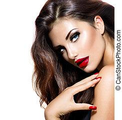 Una belleza sexy con labios rojos y uñas. Maquillaje provocador