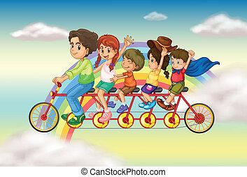 Una bicicleta familiar con un grupo de gente montando