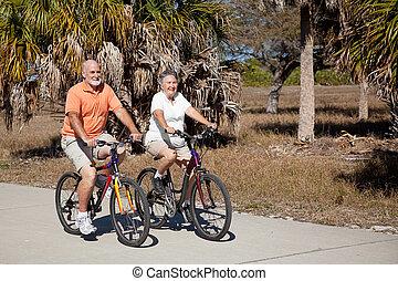 Una bicicleta montada en parejas mayores