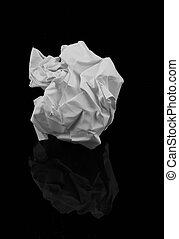 Una bola de papel arrugada
