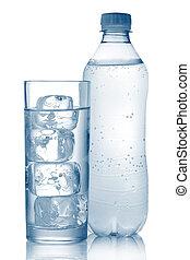 Una botella de agua mineral y vidrio con cubos de hielo aislados