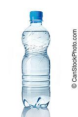 Una botella de agua plástica